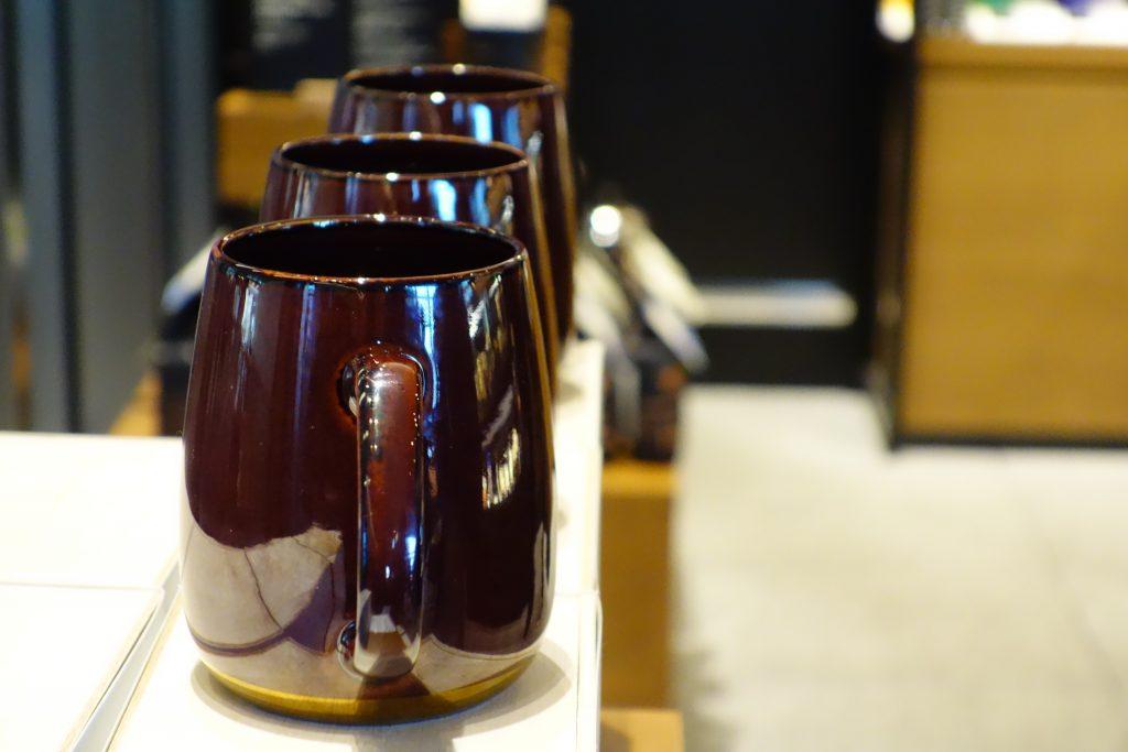 「伝統と未来」をコンセプトにしたこの限定マグは日本の陶磁器ではメジャーな釉薬(うわぐすり)の飴釉 が施され、底面にはアクセントとしてゴールドが入っています。